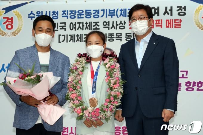 [사진] 여서정, 올림픽 동메달 봉납식