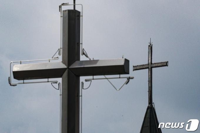 서울 도심에서 보이는 교회 십자가 첨탑 모습. 2021.7.19/뉴스1 © News1 성동훈 기자