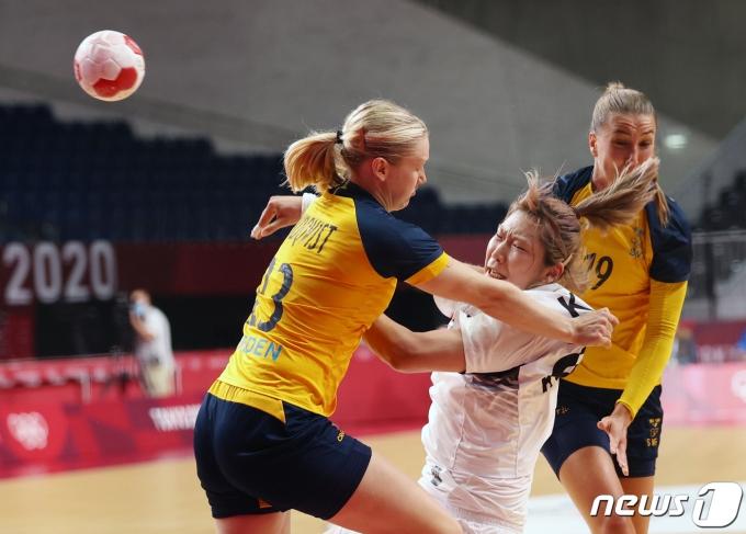 [사진] 핸드볼 김진이 넘어지면서 슛