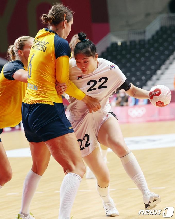 [사진] 장신의 스웨덴과 몸싸움하는 김보은