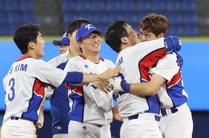 4일 야구 대표팀은 일본전에 양의지를 4번에 기용하며 라인업을 짰다. 사진은 야구 대표팀이 지난 1일 2020도쿄올림픽 도미나카 공화국전에서 역전승하고 기뻐하는 모습. /사진=뉴스1