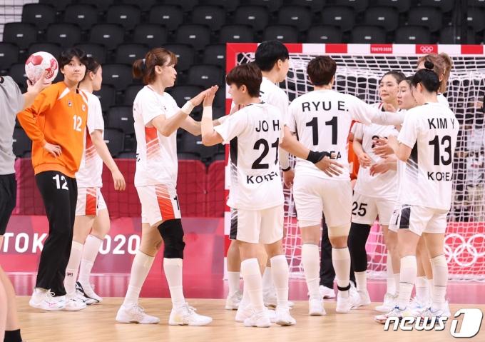 [사진] 스웨덴 장신의 벽 이기지 못한 대한민국 여자 핸드볼