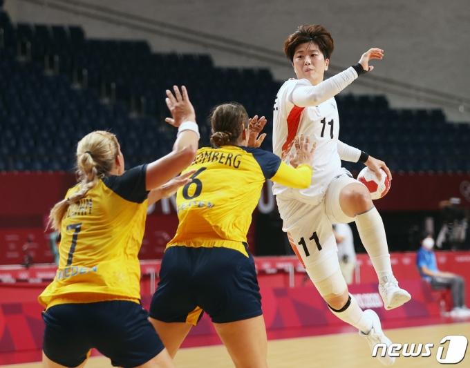 류은희가 4일 일본 도쿄 요요기 국립체육관에서 열린 여자 핸드볼 8강 대한민국과 스웨덴의 경기에서 슛을 시도하고 있다. 2021.8.4/뉴스1 © News1 송원영 기자