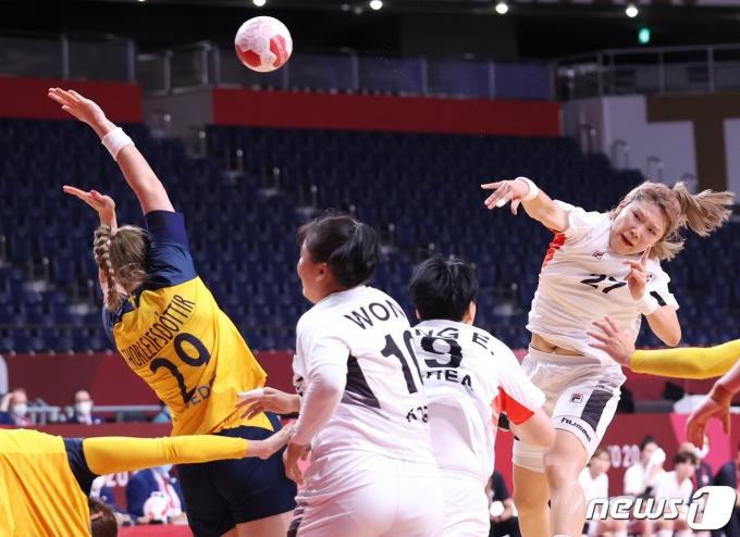 [사진] 점프 슛 시도하는 핸드볼 김진이