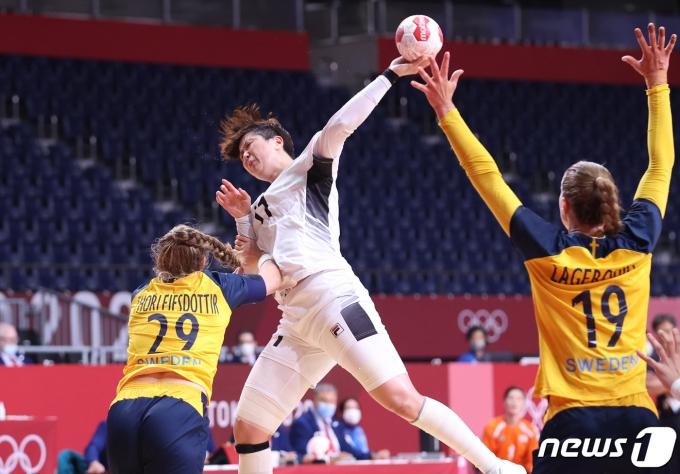 [사진] 날아올라 슛 시도하는 류은희