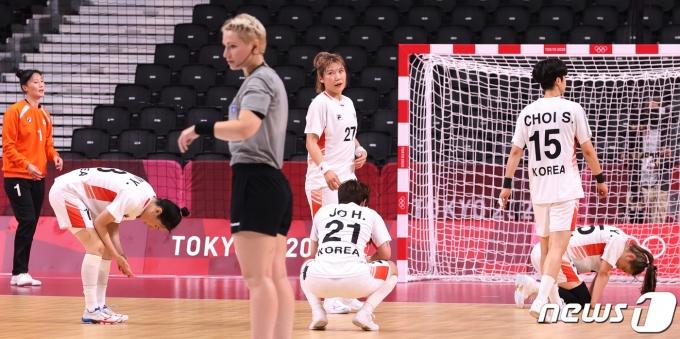 [사진] 여자 핸드볼, 스웨덴에 9점차 패배… 8강서 일정 마감