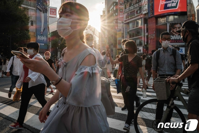마스크를 쓴 시민들로 북적이는 일본 도쿄 거리.의 2021년 7월 28일 모습 © AFP=뉴스1
