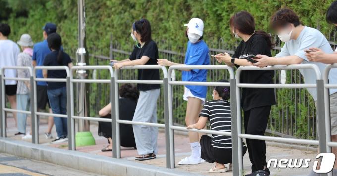 4일 서울 동작구 보건소에 마련된 선별진료소를 찾은 시민들이 신종 코로나 바이러스 감염증(코로나19) 선별검사를 받기 위해 줄지어 대기하고 있다. /뉴스1 © News1 박지혜 기자