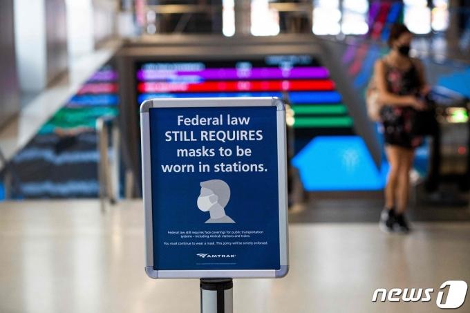 미국 뉴욕 한 기차역(Penn station)의 2021년 8월 2일 모습.  '연방 법은 아직 역내 마스크 착용을 요구하고 있다'는 문구가 보인다.  © AFP=뉴스1