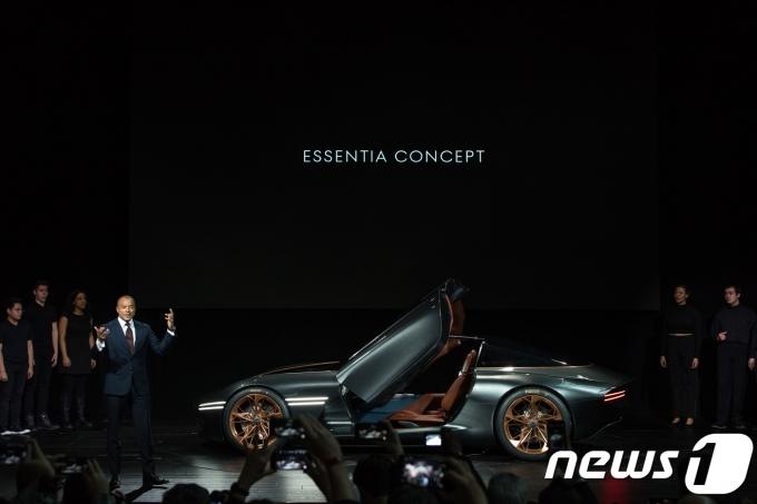 29일(현지시각) 미국 뉴욕 제이콥 재비츠 센터에서 열린 '2018년 뉴욕 국제 오토쇼'에서 맨프레드 피츠제럴드 제네시스사업부 전무가 전기차 기반 콘셉트카 '에센시아 콘셉트(Essentia Concept)'를 소개하고 있다. (제네시스 브랜드 제공) 2018.3.29/뉴스1
