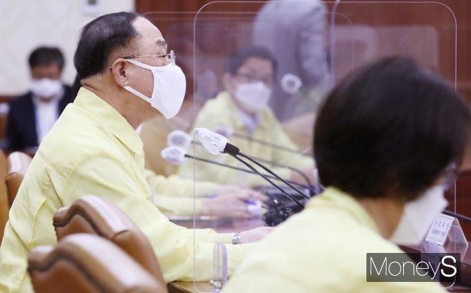 [머니S포토] 2차 추경 예산 지원 관련 발언하는 홍남기 부총리