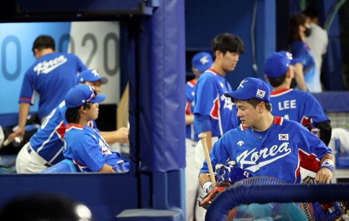 야구대표팀이 지난 4일 오후 일본 요코하마 스타디움에서 열린 2020도쿄올림픽 일본전에서 2-5로 패배한 후 아쉬워하고 있다. /사진=뉴스1