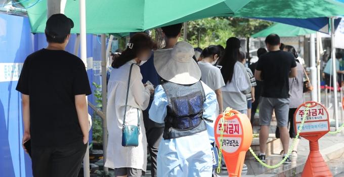 코로나19 일일 확진자 수가 5일 0시 기준 1776명을 기록했다. 사진은 지난 4일 서울 동작구 보건소에 마련된 선별진료소를 찾은 시민들이 신종 코로나바이러스 감염증(코로나19) 선별검사를 받기 위해 대기하고 있는 모습. /사진=뉴스1
