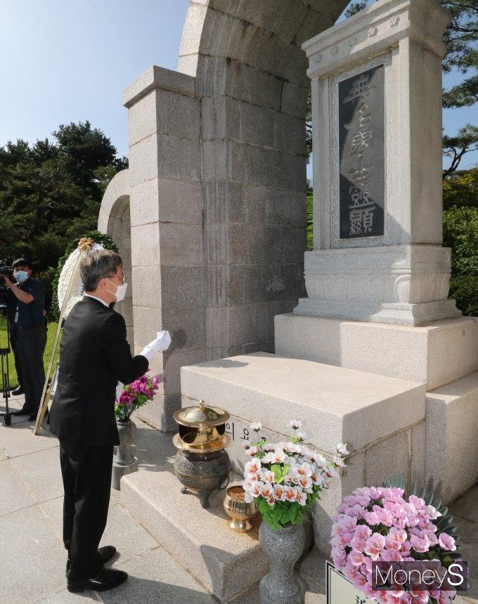 [머니S포토] 무명용사의 묘역 참배하는 최재형 전 감사원장