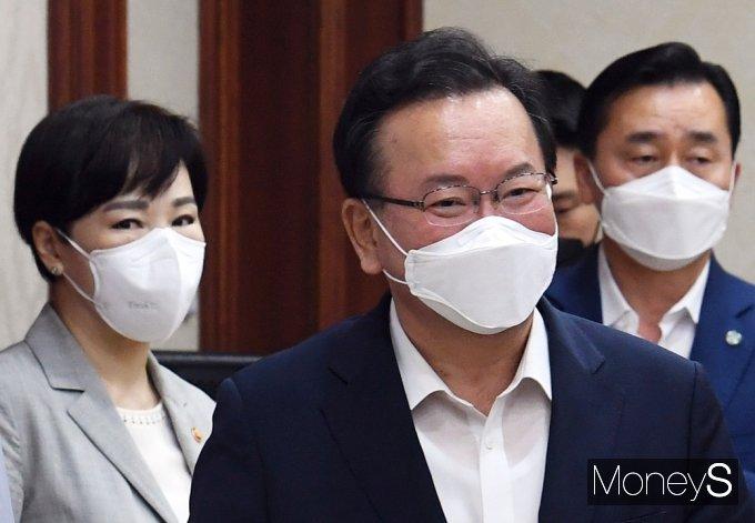 [머니S포토] 국정현안점검조정회의 입장하는 김부겸 총리