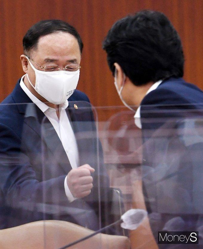 [머니S포토] 국정현안점검조정회의, 인사 나누는 '홍남기'