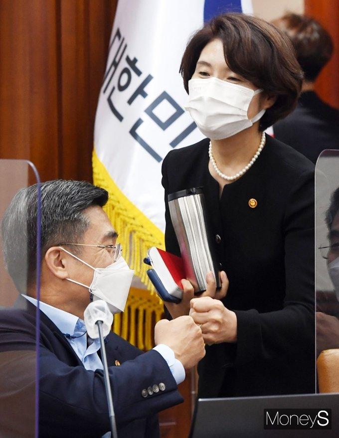 [머니S포토] 국정현안점검조정회의, 인사 나누는 한정애·서욱 장관