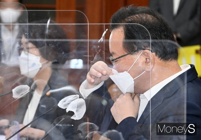 [머니S포토] 마스크 고쳐쓰는 김부겸 국무총리