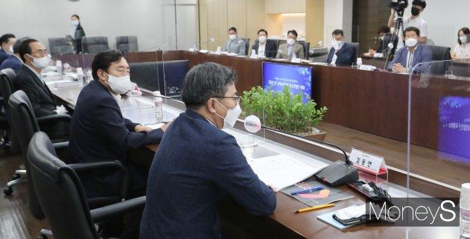[머니S포토] 김동연 전 부총리, '중소기업인들과 대화'
