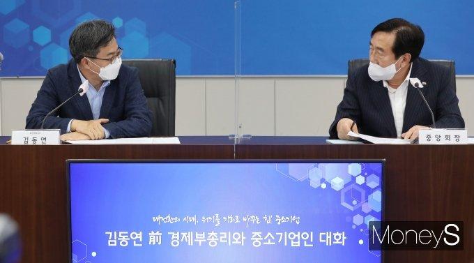 [머니S포토] 대화하는 김동연 전 부총리와 김기문 중기중앙회장