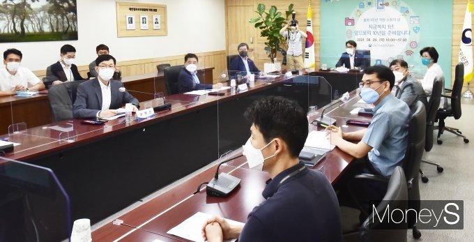 [머니S포토] 윤종인 위원장, 출범 1주년 맞아 개보위 직원들과 소통의 시간