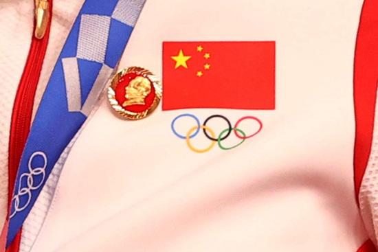 2020도쿄올림픽 중국 경륜 대표 선수인 바오샨주(24)와 중톈스(30)가 '마오쩌둥 배지'를 달고 시상대에 올라 정치적 표현이라는 지적이 일자 중국올림픽위원회가 재발 방지를 약속했다. 사진은 논란이 된 '마오쩌둥 배지' /사진=로이터