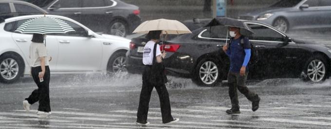 제10호 태풍 '미리내'(MIRINAE)가 오는 7~8일 우리나라 동쪽 지역에 강한 비를 뿌릴 것으로 전망된다. 사진은 지난 2일 전주시 백제대로에서 빗속을 걷는 시민들의 모습. /사진=뉴스1