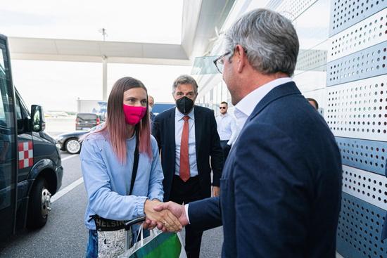 지난 4일(이하 현지시각) 미국 매체 CBS에 따르면 여자 육상대표 크리스티나 치마누스카야(24)가 폴란드 바르샤바에 도착했다. 사진은 경유를 위해 오스트리아 빈에 도착했을 당시 마그누스 브루너 오스트리아 국무장관과 악수하는 치마누스카야. /사진=로이터