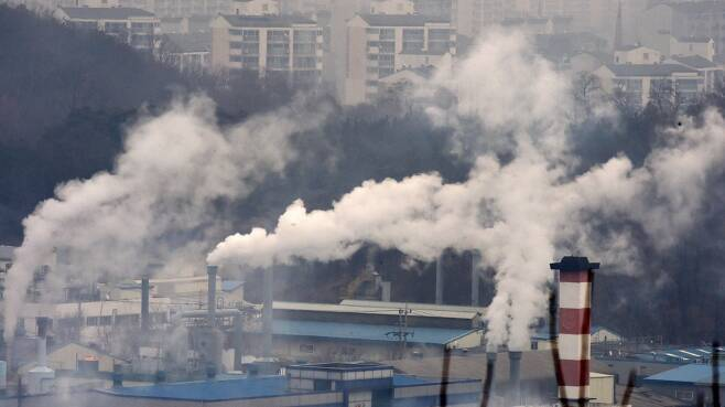 """""""온실가스 96.3% 줄여라""""… 탄소중립 초안에 재계 반발"""