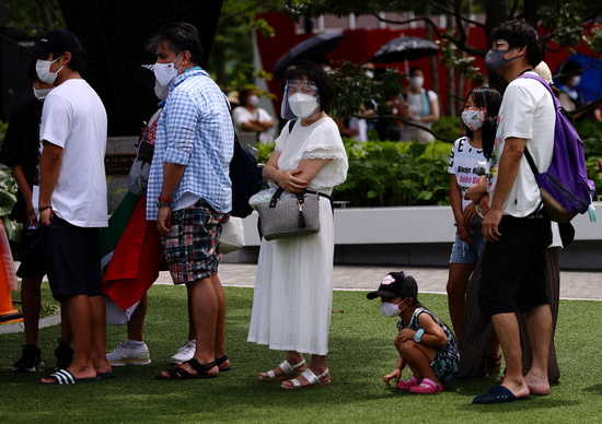 5일 교도통신은 일본 정부가 이날 신종 코로나바이러스 감염증(코로나19) 대응 전문가 분과위원회를 열고 새로 8개 현에 중점조치를 발령하는 안을 논의했다고 보도했다. 사진은 지난 3일 도쿄 시민들 모습. /사진=로이터