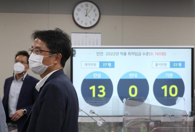 박준식 최저임금위원회 위원장(오른쪽)이 지난 7월12일 밤 제9차 전원회의에서 내년도 최저임금을 9천160원으로 의결한 뒤 위원들과 대화하고 있다. / 사진=뉴시스 강종민 기자