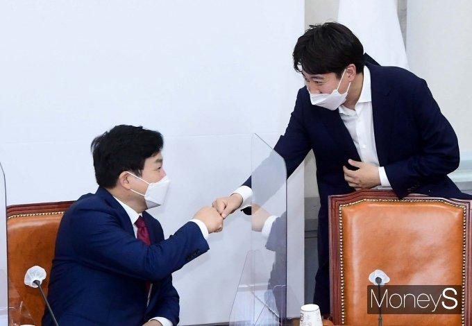 [머니S포토] 주먹인사 나누는 이준석·원희룡