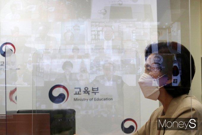 [머니S포토] 유은혜, 2학기 대학 학사 운영 방향 등 논의