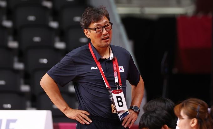 강재원 여자 핸드볼대표팀 감독이 지난 4일 도쿄 요요기 경기장에서 열린 2020도쿄올림픽 핸드볼 8강 스웨덴전에서 선수들에게 지시를 하고 있다. /사진=로이터