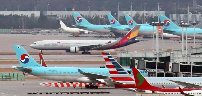 국토부가 항공교통·코로나19 이후를 대비하기 위해 국가항행계획을 마련했다. 사진은 인천국제공항에 주기된 여객기. /사진=뉴시스