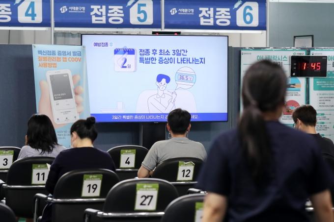 오는 9일부터 18~49세 1621만명(지자체 자율접종 대상자 제외)에 대한 신종 코로나바이러스 감염증(코로나19) 백신 예방접종 사전예약이 진행된다. 서울 서대문구 북아현문화체육센터에 마련된 코로나19 백신 예방 접종센터에서 시민들이 백신 접종을 받은 뒤 이상 반응 모니터를 위해 대기하고 있는 모습./사진=민경석 뉴스1 기자