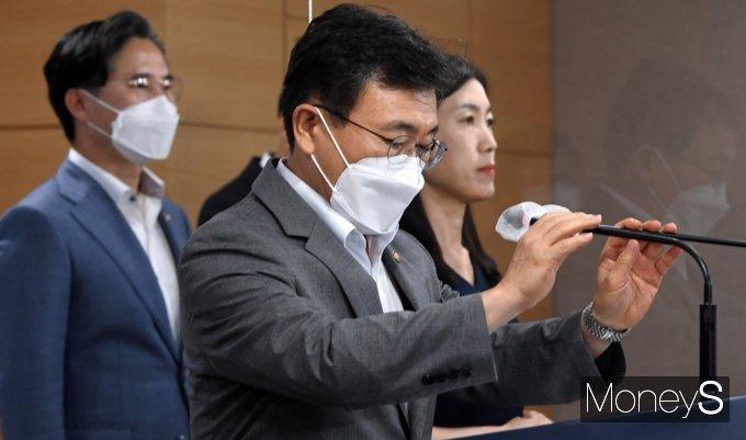 [머니S포토] K-글로벌 백신 허브화 비전·전략 발표, 단상에 선 권덕철 장관