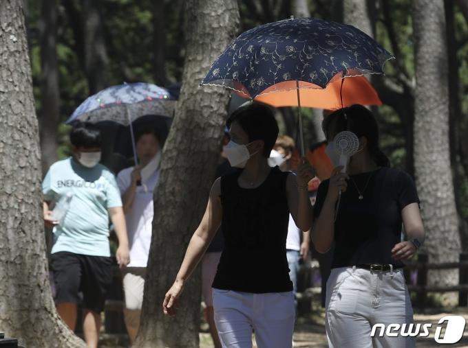 폭염이 계속된 5일 오후 울산 동구 대왕암공원을 찾은 시민들이 양산을 쓴 채 걷고 있다. 2021.8.5/뉴스1 © News1 윤일지 기자