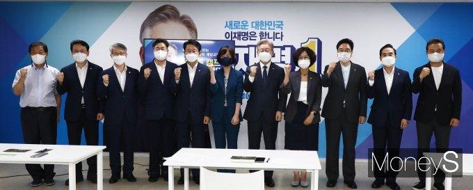 [머니S포토] 이재명 '성희롱·성폭력 예방을 위해'