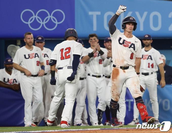 [사진] 솔로 홈런으로 기뻐하는 미국 팀