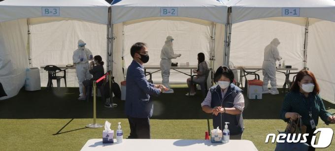 15일 오전 서울 여의도 국회 운동장에 마련된 신종코로나바이러스 감염증(코로나19) 임시선별검사소에서 국회 직원 및 관계자들이 코로나19 전수검사를 받고 있다. 2021.7.15/뉴스1 © News1 이동해 기자