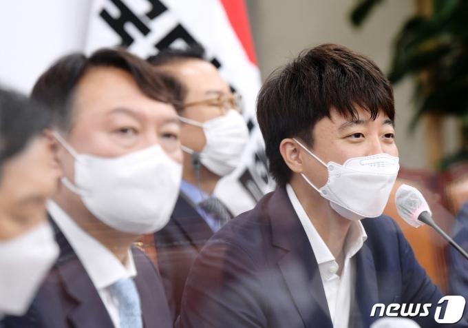 이준석 국민의힘 대표(오른쪽)와 윤석열 전 검찰총장(왼쪽). 2021.8.2/뉴스1 © News1 구윤성 기자