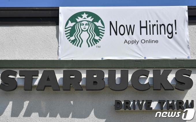 미국의 한 스타벅스 매장 입구에 걸린 구인광고 © AFP=뉴스1