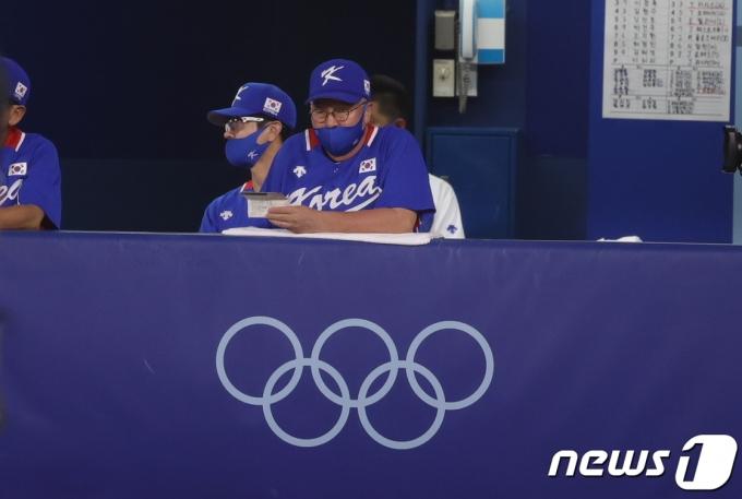 [사진] 경기 지켜보는 김경문 감독