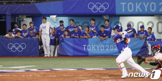 [사진] 9회초 마지막 타자 지켜보는 선수들, 미국에 패