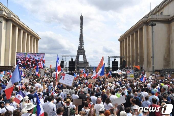 프랑스 파리 에펠탑 앞에서 정부의 헬스패스 소지 의무 법안 등 백신 접종 의무화 정책에 반대하는 시민들이 시위를 벌이고 있다. © AFP=뉴스1