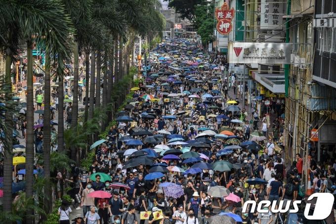 2019년 7월 15일(현지시간) 홍콩 시민들이 우산을 들고 행정장관 직선제 등을 요구하는 민주화 시위를 하던 모습. © AFP=뉴스1 © News1 우동명 기자