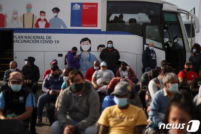칠레 수도 산티아고 코로나19 백신 접종소에서 2021년 6월 16일 시노백 접종을 기다리는 사람들의 모습. © 로이터=뉴스1 © News1 최서윤 기자