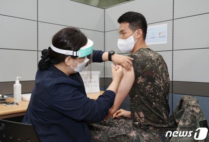 30세 이상 장병이 코로나19 백신 접종. (국방일보 제공) © 뉴스1
