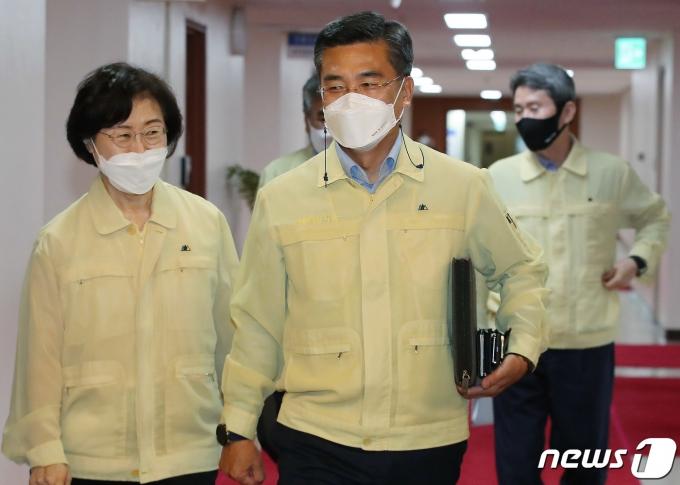서욱 국방부 장관(가운데) 2021.8.3/뉴스1 © News1 박정호 기자